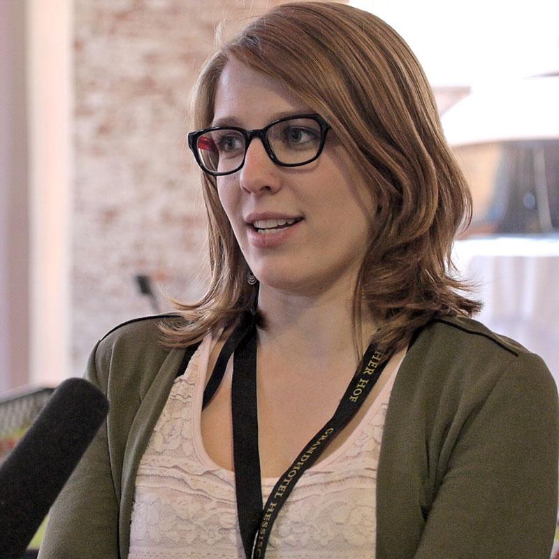Auch Interviews wurden für den Eventfilm aufgezeichnet: In diesem Fall steht eine junge Frau in einer Art Loft und spricht ins Mikrophon.