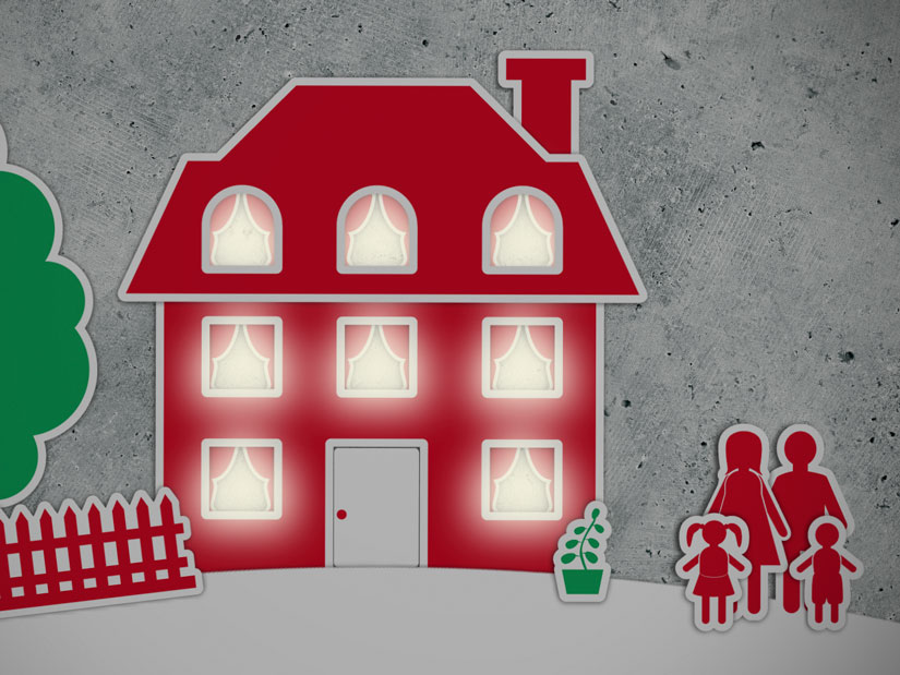 Ausschnitt aus dem Erklärvideo: Illustrationen eines großes Hauses mit Garten. Die Fenster sind allesamt erleuchtet. Daneben steht eine vierköpfige Familie. Es geht um durchschnittlichen Energieverbrauch.