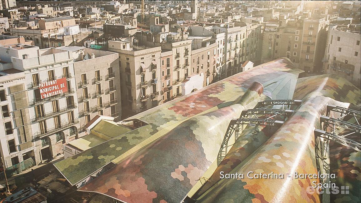 Barcelona in Spanien. Zu sehen ist das Dach der Markthalle Santa Caterina aus erhöhter Perspektive: farbige Ziegel formen diverse Flächen und Muster. Ein Szenenbild aus der Filmproduktion.