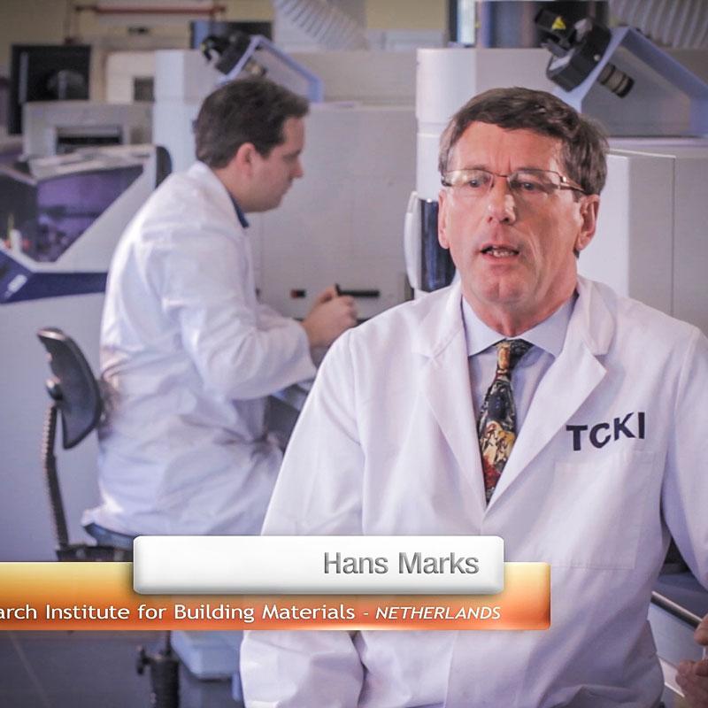 Der Wissenschaftler Hans Marks sitzt im Kittel in einem Labor am Schreibtisch und gibt ein Interview vor der Kamera. Dabei liest er NICHT von einem Zettel ab. Nein, nein.