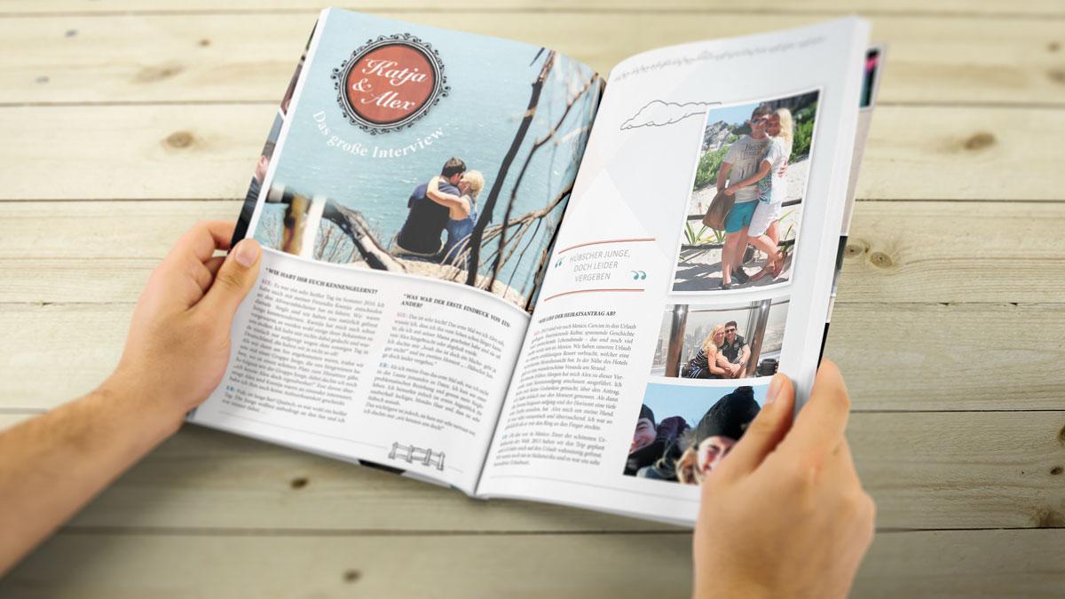 Sicht von leicht schräg oben auf die geöffnete Hochzeitszeitschrift, die von zwei Händen gehalten wird. Ein Artikel über das Brautpaar mit schönen Fotos.