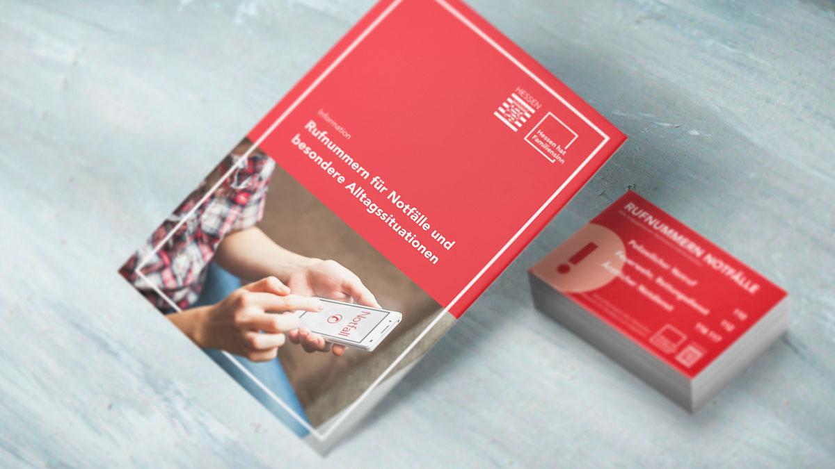 Vorschaubild des Design Projekts für das Land Hessen: Postkarten und Scheckkarten auf einem Tisch