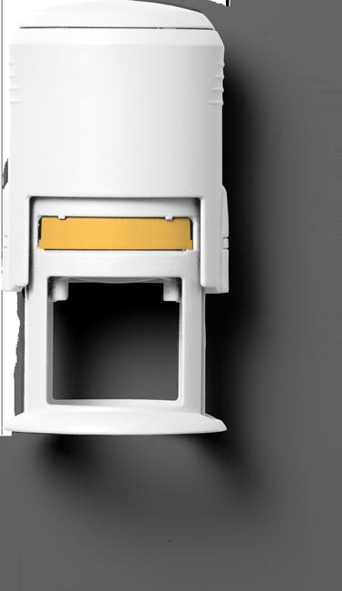 Ein liegender Stempel mit integriertem Stempelkissen von oben fotografiert. Er ist komplett weiß eingefärbt. Ein kleines Adressfeld ist orange. Ein fantastisches Bild für eine fantastische Impressums Seite. Und ein Hoch auf den Freelancer, der das geschaffen hat.