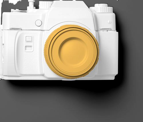 Eine analoge Kamera liegt mit der Linse nach oben gerichtet auf einer Unterlage. Sie ist komplett weiß angemalt. Das Objektiv ist komplett Orange. Steht für mein Equipment. Das aber etwas moderner ist. Von 4K Kameras über Arri Licht, Sennheiser Mikrophonen und auch einer Mavic Air Drohne.