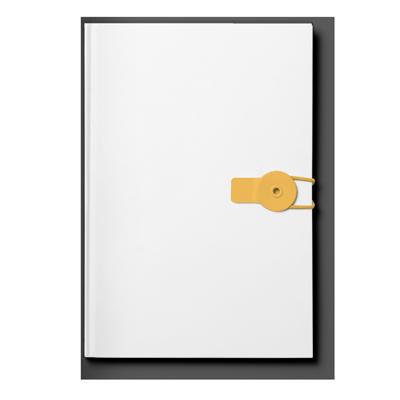 Ein geschlossenes weißes Notizbuch mit leichtem Schatten frontal von oben fotografiert. Die Lasche mit der es verschlossen wurde, ist Orange. Eine tolle Analogie zur Qualifikation und Ausbildung.